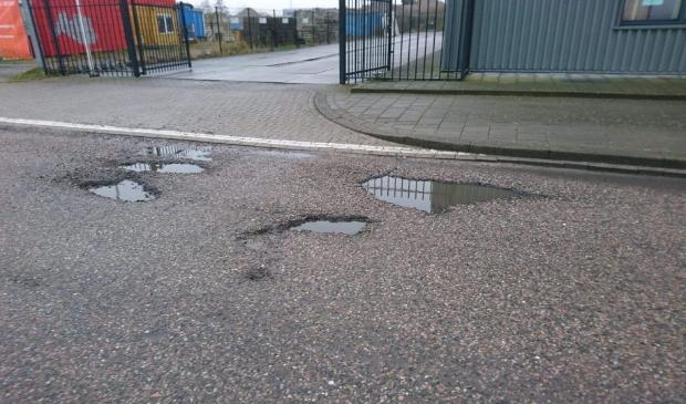 Overal ontstaan grote gaten in het wegdek.