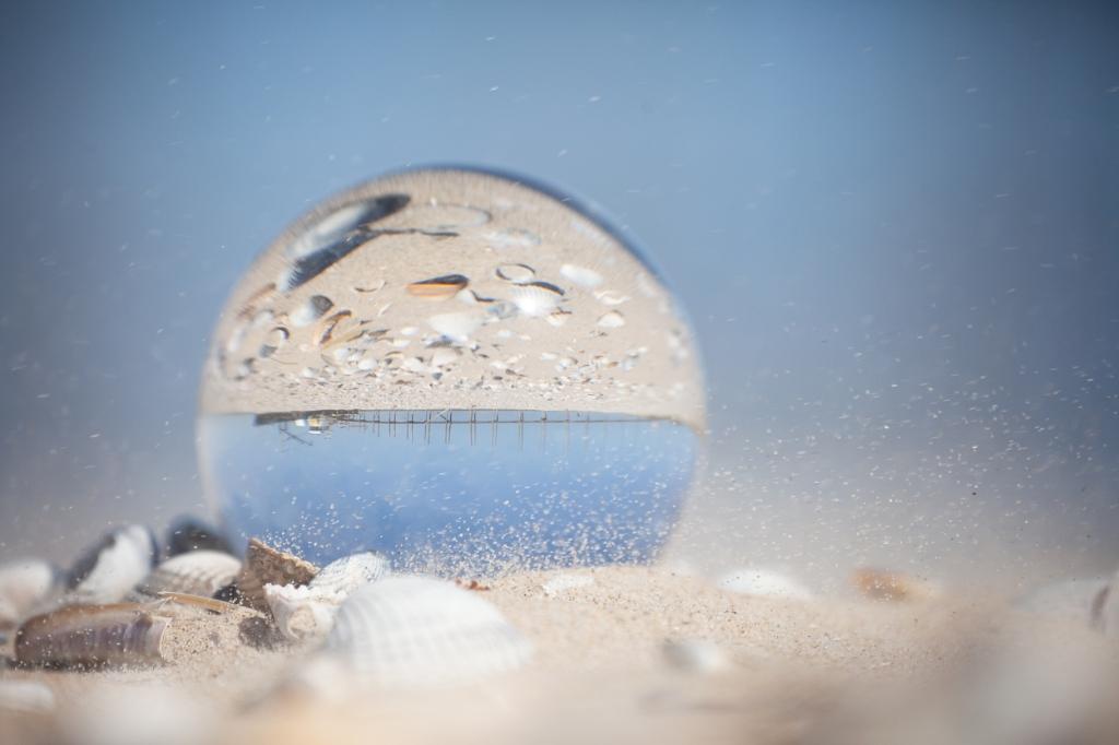 Ondersteboven van Texel. Foto gemaakt door een glazen bol, waardoor de weerspiegeling ondersteboven te zien is. Gemaakt bij de veerboot richting Terschelling.    Ina van Lambalgen © BDU Media