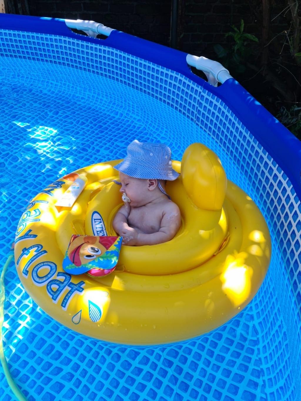'Ff heerlijk dutten in het badje in de achtertuin, we blijven lekker thuis', zei m'n schoonzus. Patty Kraay © BDU media