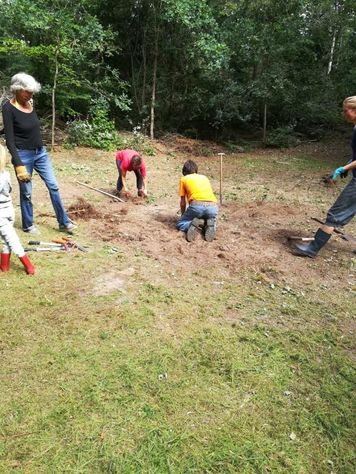 Vrijwilligers helpen de gemeente bij het vrijhouden van het voormalig openluchttheater Yvon van Zwaal © BDU