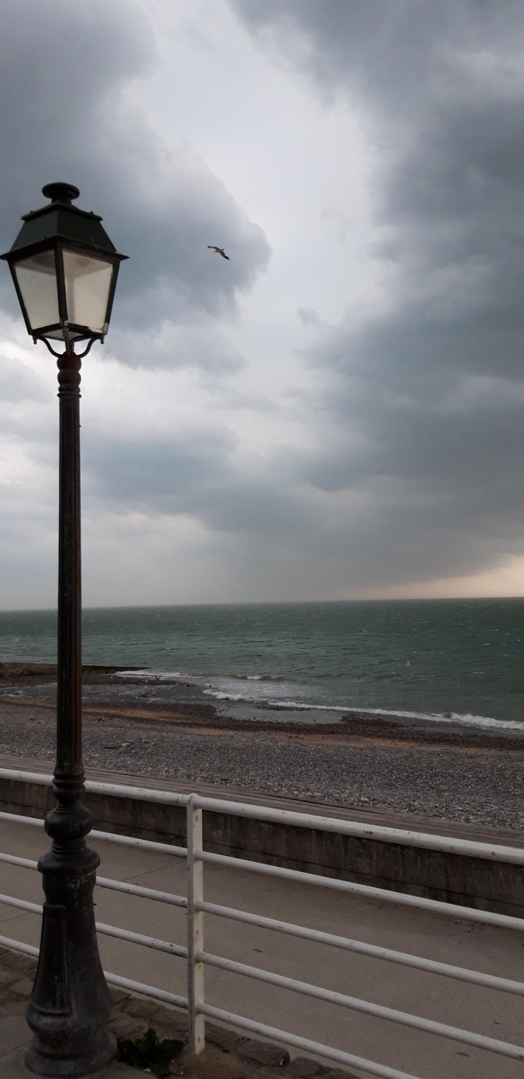 Deze foto is gemaakt op woensdag 12 augustus. Vanaf de boulevard in het Franse stadje Veules les Roses een blik op de zee en de dreigende wolkenhemel. Storm op komst.  Anne van Rheede-de Weerd © BDU Media