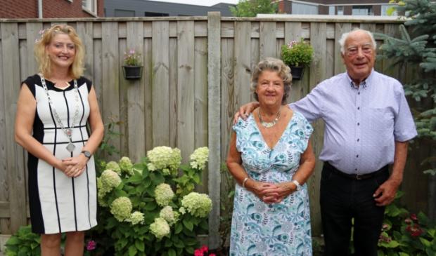 Burgemeester Reinie Melissant-Briene feliciteert echtpaar Niesthoven-Viveen met briljanten huwelijk.