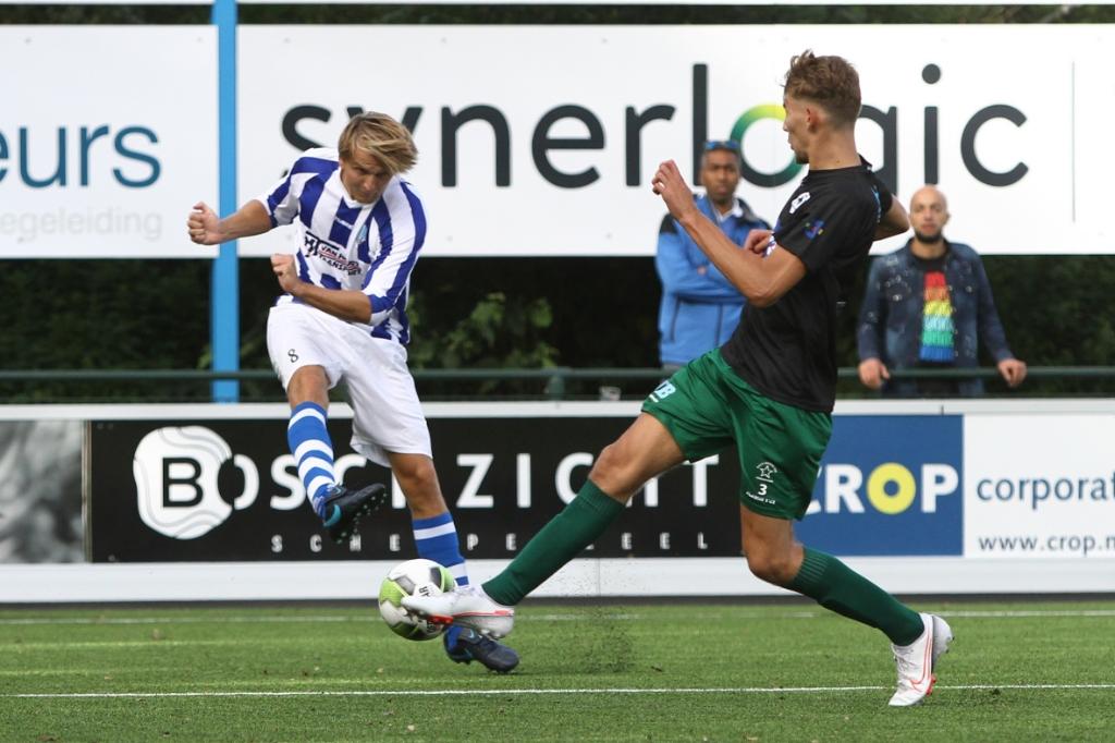 <p>Mark de Graaf geeft een voorzet met zijn rechterbeen.</p> Guido de Boer © BDU media