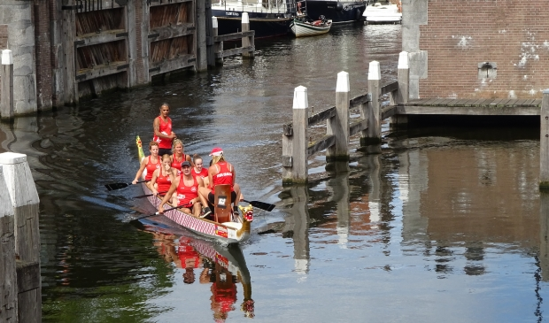 De eerste box zit in een drakenboot. Eline Lohman © BDU Media