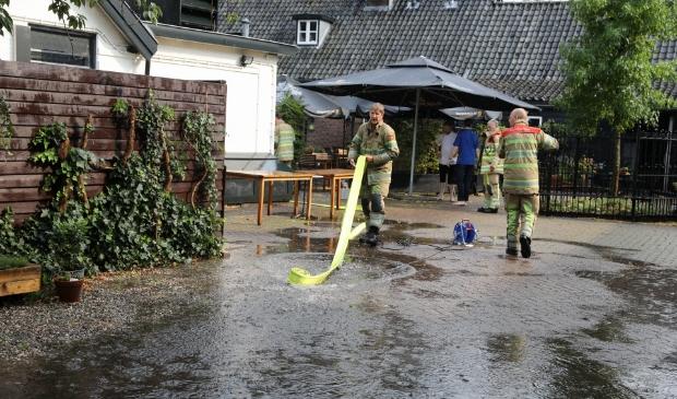 De brandweer heeft haar handen vol in Lage Vuursche.