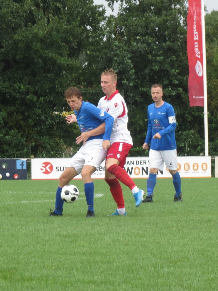 Aron Eijkelboom in duel met sv Houten Teus Stam © BDU media