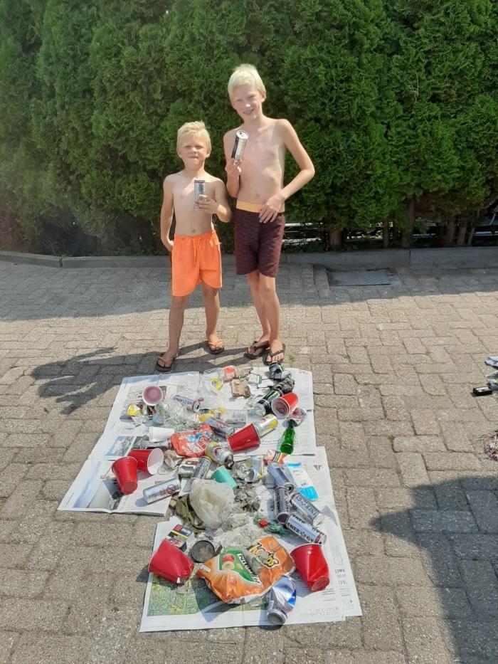 Jonah (9) en Julius (5) vonden het achterlaten van afval op en rond het strand aan de Merwede asociaal. Zij ruimden op!