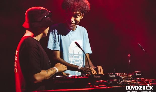 <p>DJ Herrieschoppr&#39;s krijgt tips bij &#39;4 Da Culture&#39; (terugkerend urban concept in Duycker)</p>