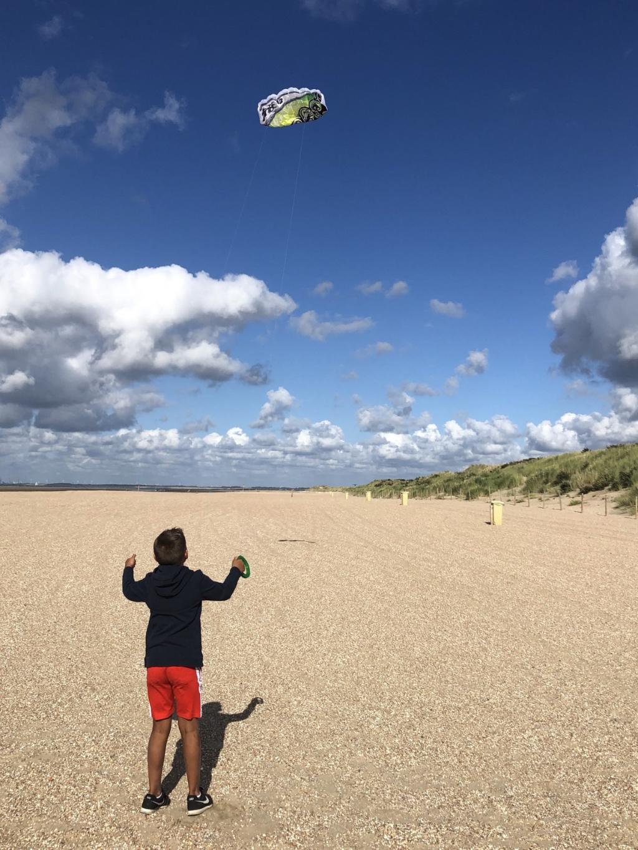 """,,De foto is op 24 augustus gemaakt op het strand in Ouddorp (Zuid-Holland).  Mijn zoon Daniël staat hierop te vliegeren op een groot en bijna leeg strand. Heerlijk!! Hoofd in de wind en genieten van zo'n, zee en strand!"""" Emanuëlle Overeem  © BDU Media"""