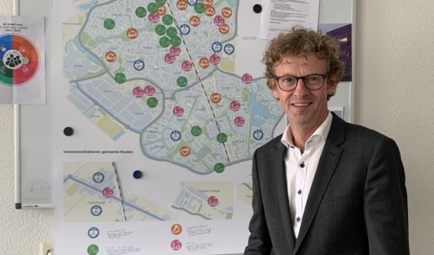 <p>Wethouder Jan Overweg staande voor een bord met inwoners initiatieven.</p>