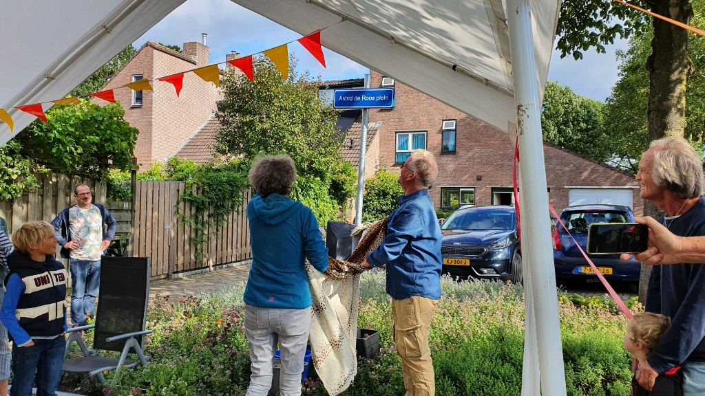 <p>Een verrassing voor Astrid, het pleintje draagt haar naam</p> Irene van Valen © BDU media