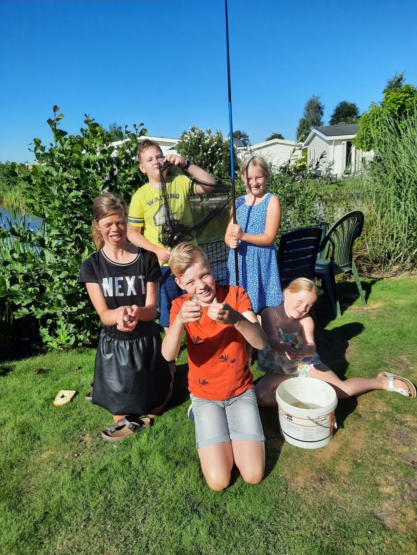 Gerjan, Alina, Jasper, Renate en Naomi zijn samen met hun vriendjes en vriendinnetjes aan het vissen in de tuin bij het vakantiehuisje. Gerdie Lagen © BDU media