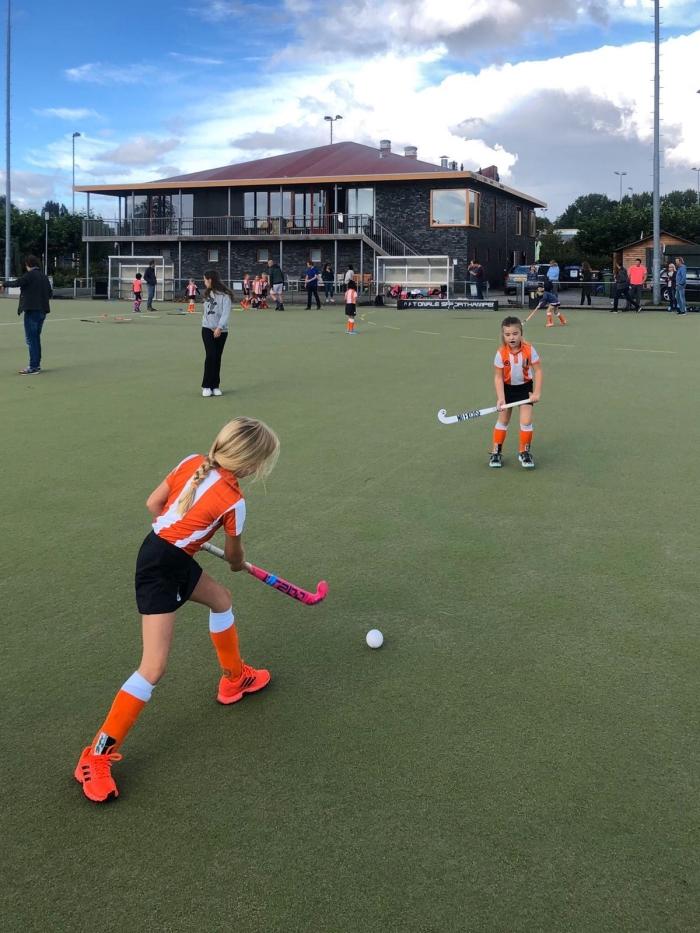 Meisjes F spelen in voor hun wedstrijd HIC © BDU media