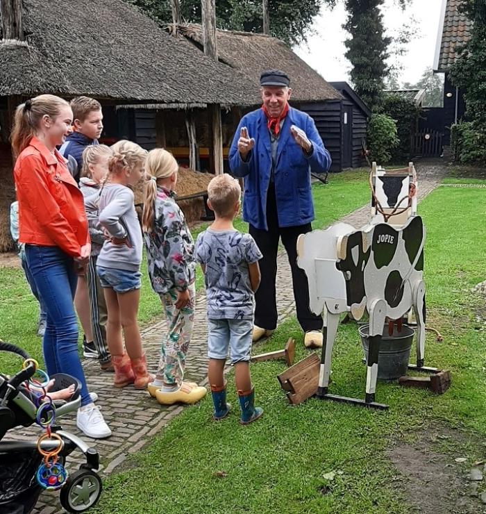 Boer Theo neemt de kinderen mee op pad.