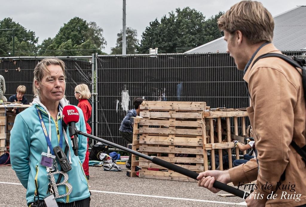 Hoofd coördinatie Jaschenka Schimmel wordt op anderhalve meter geïnterviewd. Frits de Ruig © BDU media