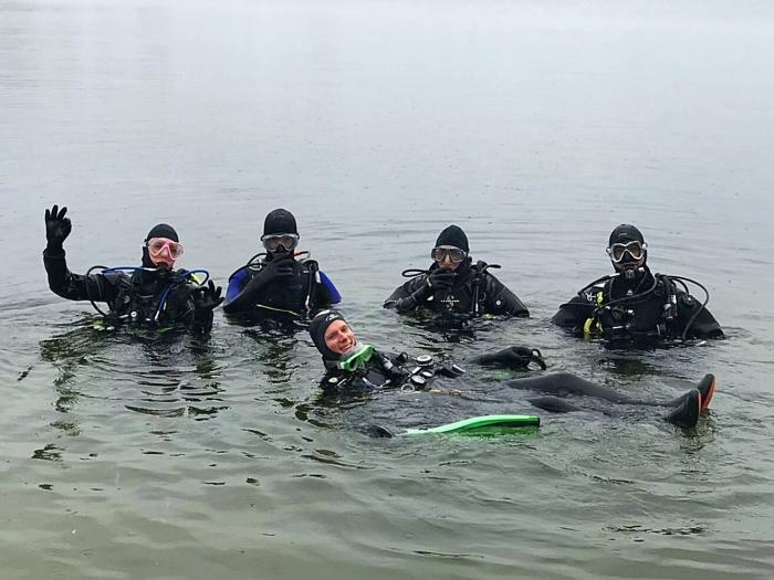 Duikers van DVN in het water