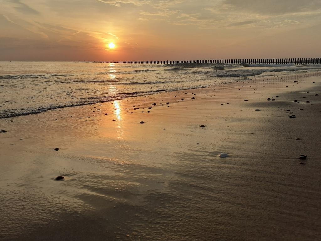 Deze foto's van de ondergaande zon zijn gemaakt op 10 augustus   op het strand van Zoutelande in Zeeland.  Grady van Voorst © BDU Media