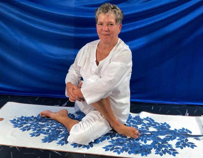 Tilly Huyzer geeft online Dru Yogalessen op zolder