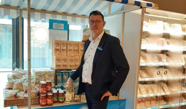 Kees Cats, manager van AH Westwijk, bij de kraam met producten voor de Voedselbank in de winkel.