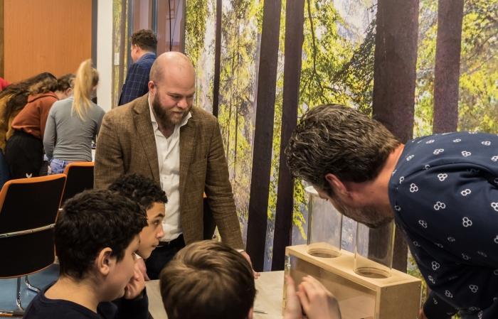 Leerlingen lossen technische vraagstukken op tijdens de opening van de Energietransitie-Experience.