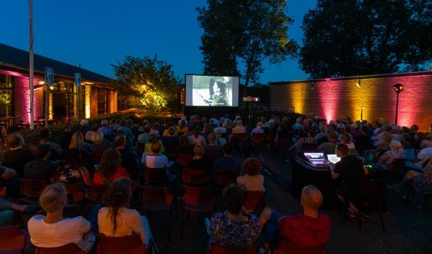<p>Een zomeravond met buitenbios aan de Stadswal in 2019.</p>