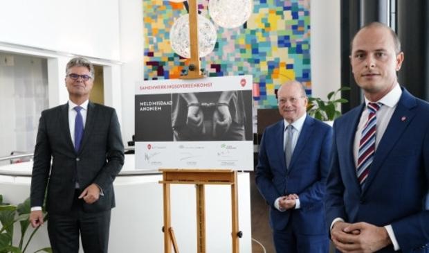 <p>Van links naar rechts: commissaris van de Koning Hans Oosters, burgemeester Maarten Divendal, Marc Janssen (Meld Misdaad Anoniem) . </p>
