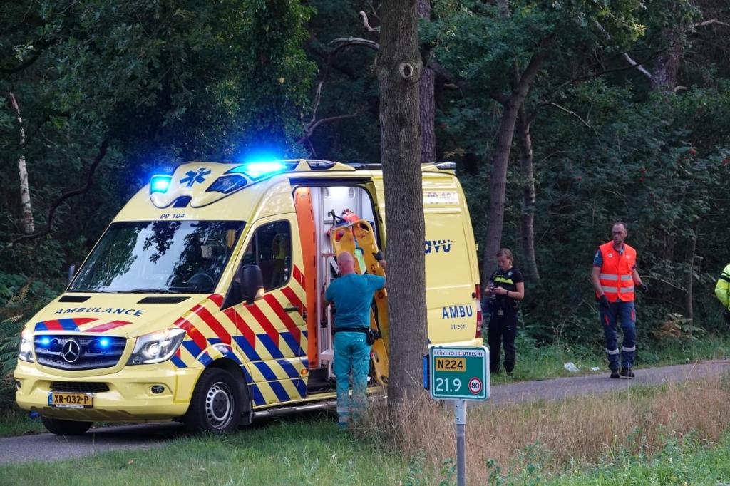 Bij een aanrijding zaterdagavond op de Utrechtseweg (N224) tussen Renswoude en Scherpenzeel is een wielrenster zwaargewond geraakt. Het slachtoffer is per ambulance naar het UMC vervoerd. Aber Media © BDU media