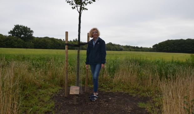 Helma van der Vlugt bij haar boom voor Frank