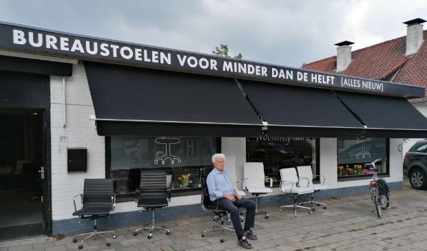 """Henk van Lierop voor zijn winkel aan de Laanstraat 37 in Soest: ,,Een goede bureaustoel kan veel ellende voorkomen."""""""