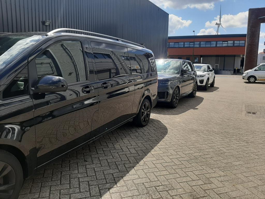 Taxibusjes en luxe wagens  Rina Knopper © BDU media