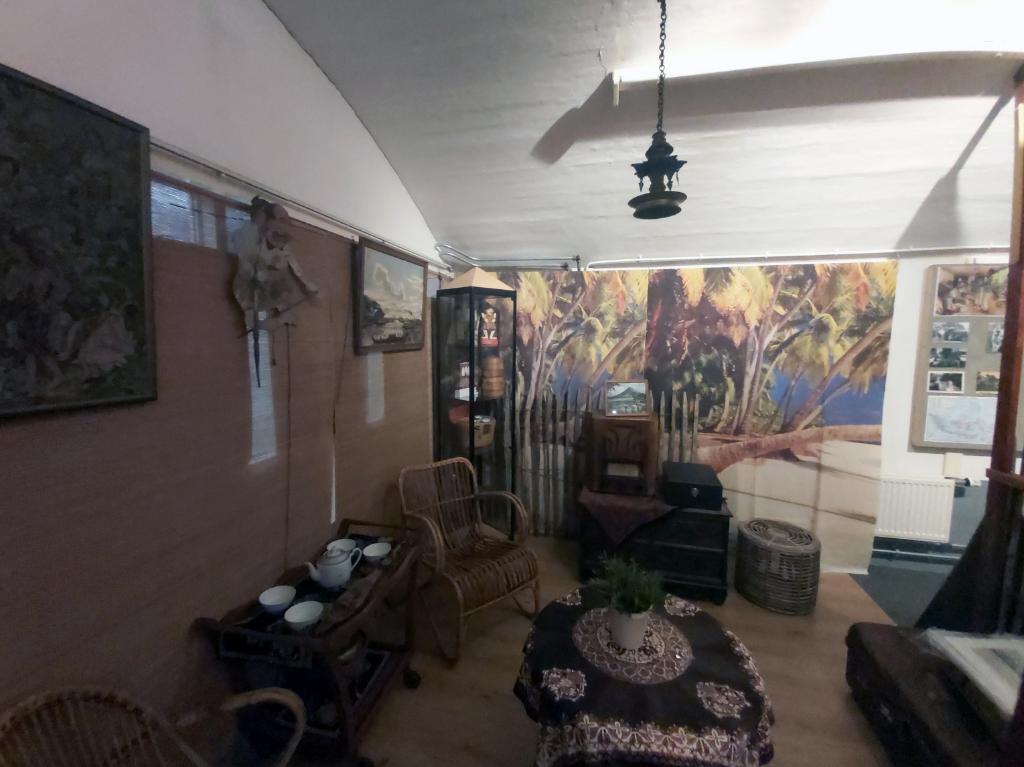 De Indische woonkamer die tot perfectie is ingericht. Eigen foto © BDU media