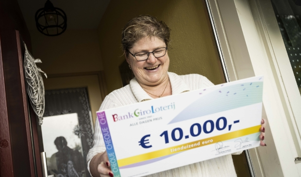 <p>Ellen is blij verrast met de gewonnen prijs.</p>