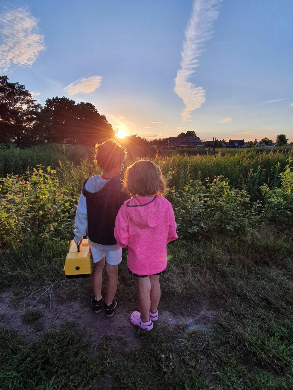Jesse en Inge Kelderman kijken samen naar de zonsondergang na een mooie avond vissen in de vijver in wekerom.   Heleen kelderman © BDU Media