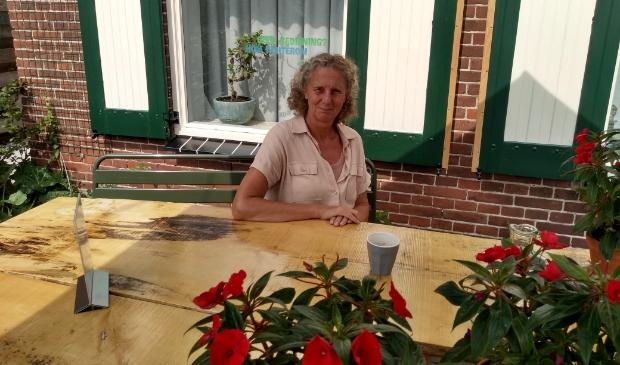 <p>Yvon Hoogendijk in haar theetuin voor de woning</p>