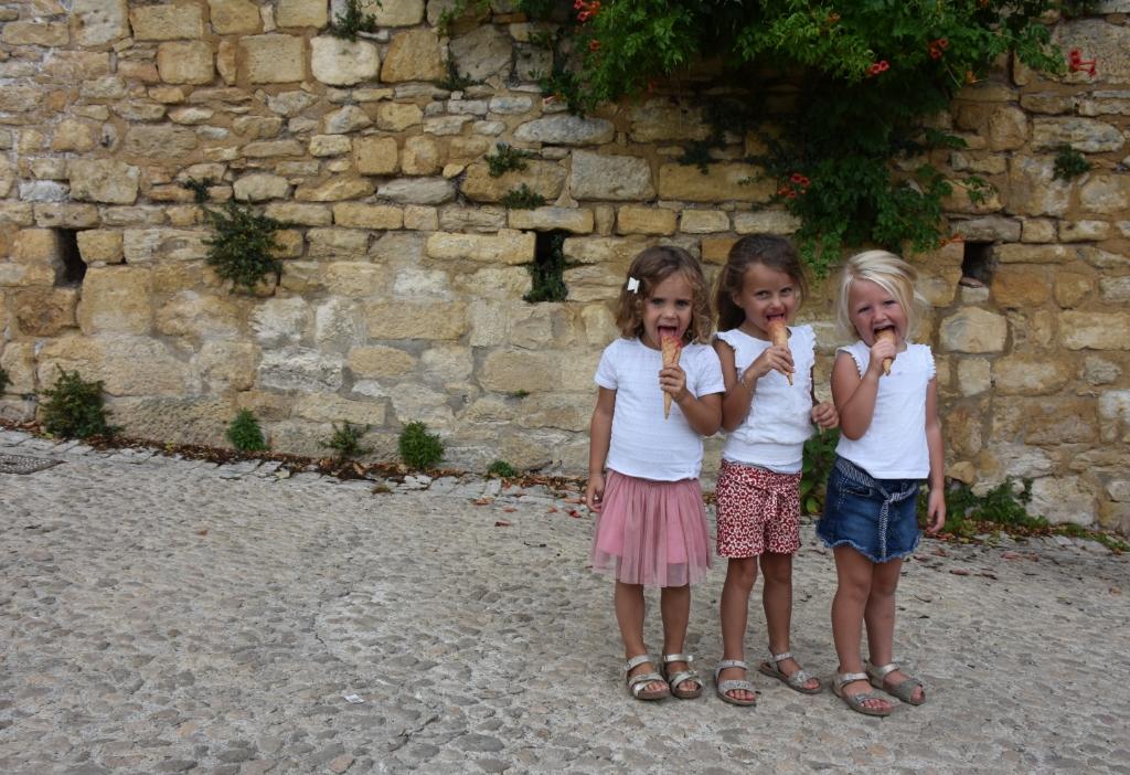 Deze drie lieve meisjes vinden de ijsjes in het warme Frankrijk wel erg lekker! Op de foto Vera en Femke van de Bosch uit Kootwijkerbroek en Rachel Arends uit Opheusden. Foto is gemaakt op 13 augustus 2020.  Mariëlle Hardeman © BDU Media