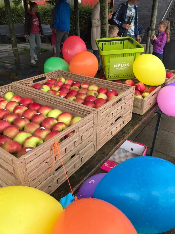 Tussen de wedstrijden door heerlijke appels van de PLUS Vreeswijk HIC © BDU media