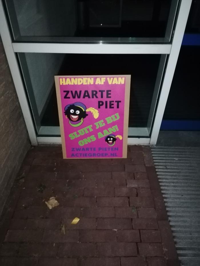 Protestbord bij gemeentehuis  Zwarte Pieten Actiegroep  © BDU media