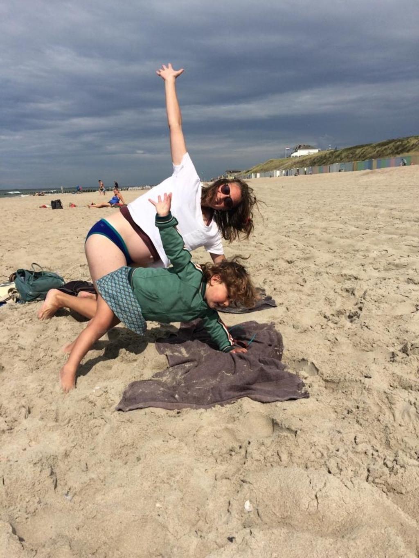 Grappige foto van dochter Judith (zwanger) en kleindochter Dora op het strand in Zeeland. Paula Hazeleger © BDU Media
