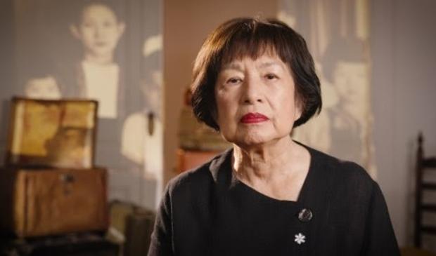 Patricia Tjiook - Liem legt een krans bij de Nationale Herdenking.