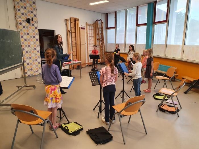 ook gevorderde leerlingen geven olv coach les aan jonge leerlingen