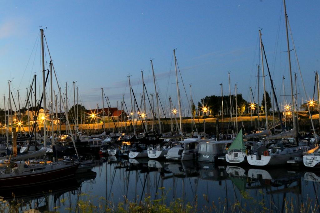""",,De foto is gemaakt op 5 augustus in de haven van Wemeldinge (Zeeland) omstreeks 22:30 's avonds. In enkele boten brand nog licht, sommige zijn net aan komen varen vanaf de Oosterschelde. De gemeentelijke prullenbak deed dienst als statief. Dit was echt nodig met een sluitertijd van zo'n 20 seconden.""""  Dick Mauritz © BDU Media"""