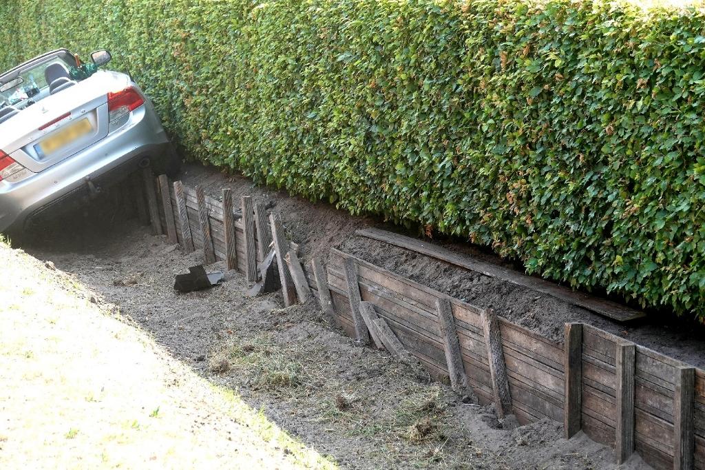 De bestuurster van een cabriolet is dinsdagmiddag op de Harderwijkerweg (N310) in Harskamp van de weg geraakt en in een lege sloot terechtgekomen. Aber Media © BDU Media