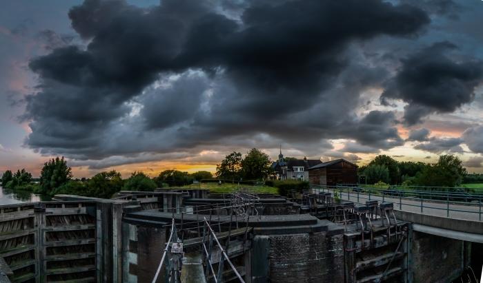 Dreigende wolken boven de stad Wim den Besten © BDU Media