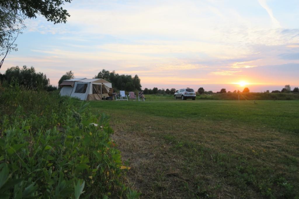Onze vader-zoondriedaagse in Stoutenburg. De vouwwagen (waar ik echt hét vakantiegevoel van krijg) met op de achtergrond de ondergaande zon. Lucas de Heer © BDU Media