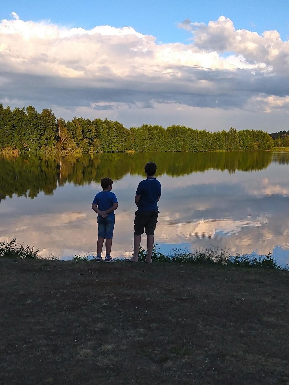 De foto is gemaakt op do. 20 augustus op Roompot Vakantiepark in Arcen.  Op de foto mijn twee jongens, Lucas en Jasper.  Prachtige wolkenlucht met de weerkaatsing in het water en twee kanjers.  Een sereen plaatje. In NL genieten van mooie natuur. Nicole Visser  © BDU media