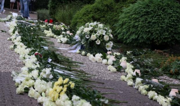 <p>Bloemen voor Bas van Wijk tijdens de stille tocht.</p>