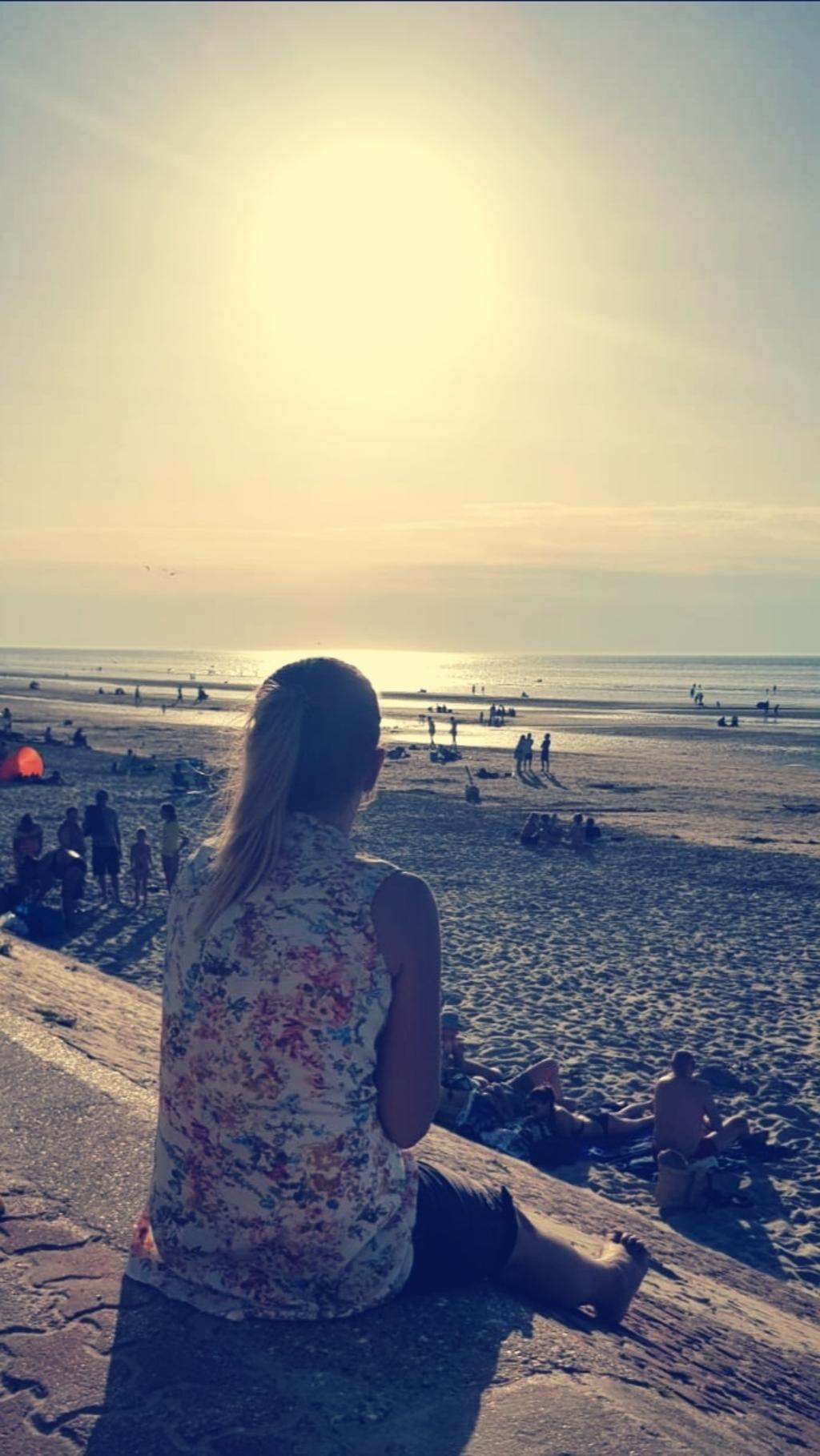 """Lynn van Baaren: ,,Deze foto is gemaakt, stiekem door 'mijn verloofde', in Bray-Dunes Frankrijk.  Na een fijne dag Plopsaland met onze kindjes lekker 'afhaalpizza' eten op het strand en genieten van de zonsondergang!"""" Lynn van Baaren © BDU Media"""