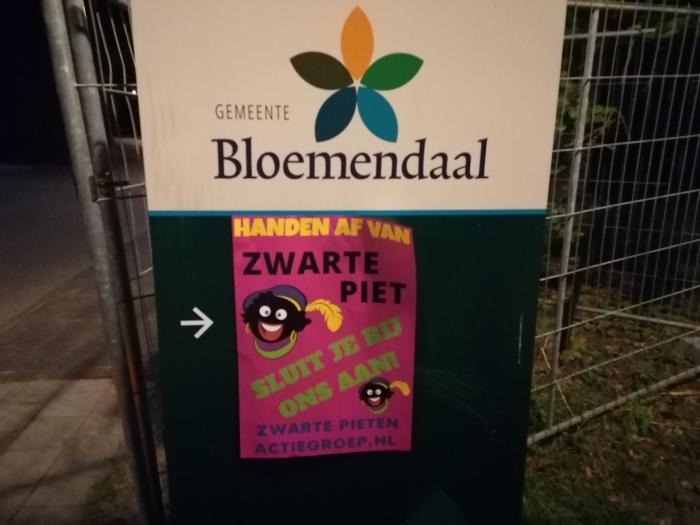 Poster op bord gemeentehuis  Zwarte Pieten Actiegroep  © BDU media