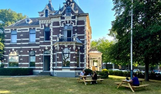 Een echte kantoortuin bij villa Quatre Bras.