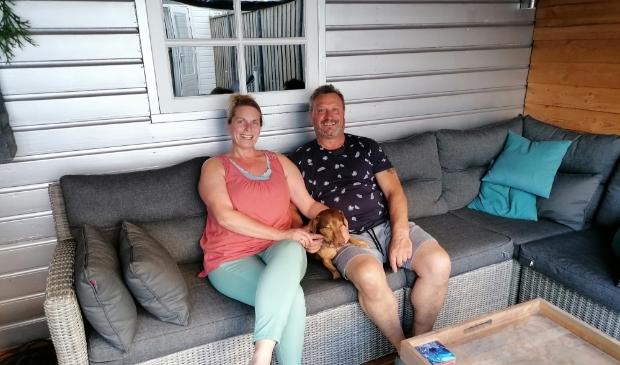 Rolinka en Theo Altenaar genieten deze zomer nog van hun veranda aan de Ooshout. In maart 2021 verhuizen ze naar een nostalgische plek aan de Molenstraat.